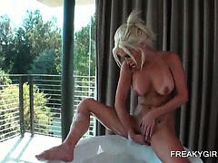 Blonde sex bomb taking a bath and masturbating cunt