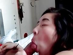 la copine asiatique aime sucer