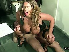 Teeny mit echten Monster Titten fickt ihren alten Chef