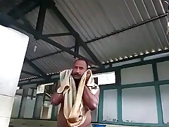 Macho tomando banho de balde